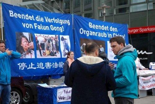 Жители Гамбурга поддержали призыв прекратить репрессии Фалуньгун