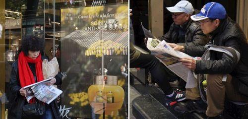 Китайские туристы в Париже узнают правду о Фалуньгун
