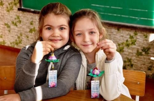 Школьники Молдовы узнали о Фалуньгун, собирая Лепестки мира